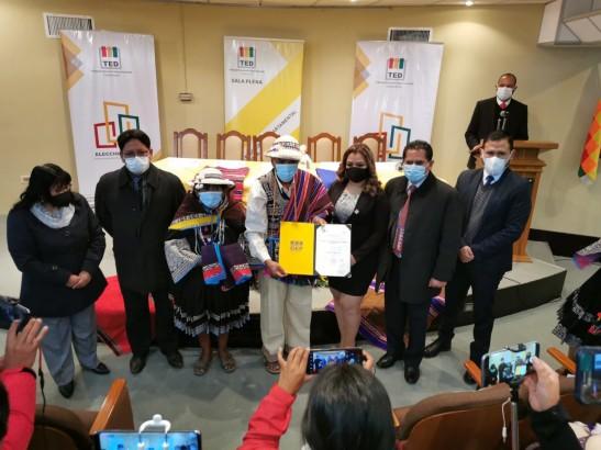 El TED Chuquisaca entrega credenciales a representantes de los ayllus de la Marka Payaqullu ante el Concejo Municipal de San Lucas
