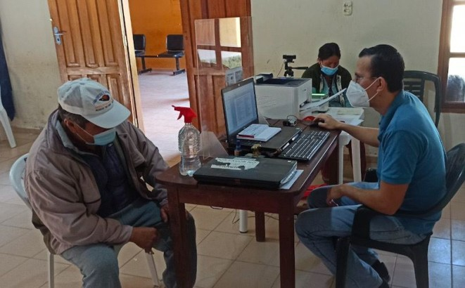 Pobladores de cuatro localidades de Santa Cruz reciben certificados de nacimiento gratuitos y servicio de saneamiento documental