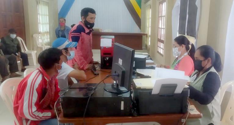 Campaña: pobladores de Quirusillas y Mineros, en Santa Cruz, reciben certificados gratuitos y saneamiento documental