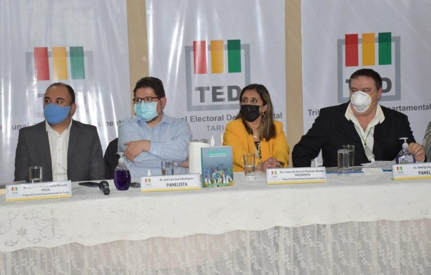 Tarija celebra el mes de las democracias con la presentación del Diccionario de la democracia intercultural y la revista Tejedoras